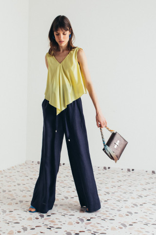Trousers with gatheres waist
